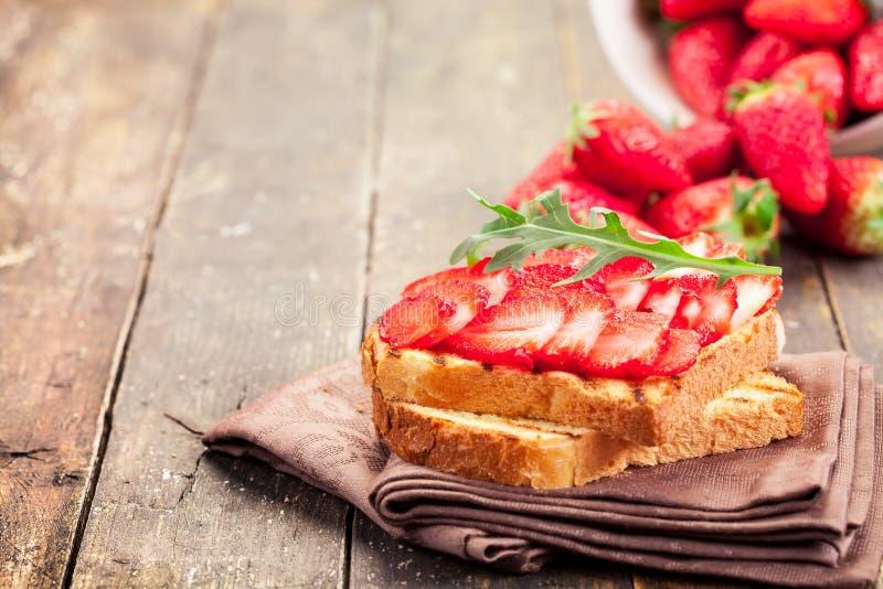 De Sandwich van Arugula van de aardbei stock foto