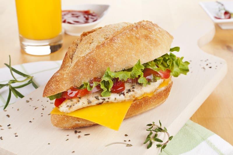 De sandwich van de kip met verse groentenkaas. royalty-vrije stock fotografie