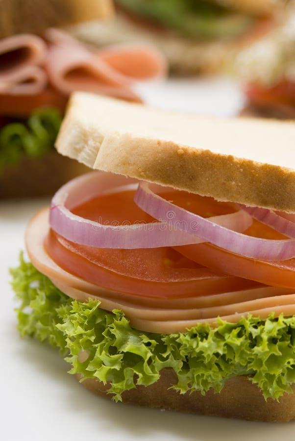 De sandwich van de tomaat en van de ham stock foto's