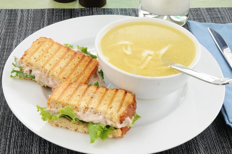 De sandwich van de tonijn met de soep van de kippennoedel royalty-vrije stock afbeelding