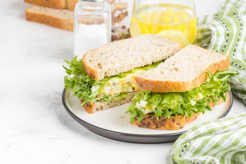 De sandwich van de eisalade, greens, sla, heerlijk gezond Ontbijt royalty-vrije stock afbeeldingen