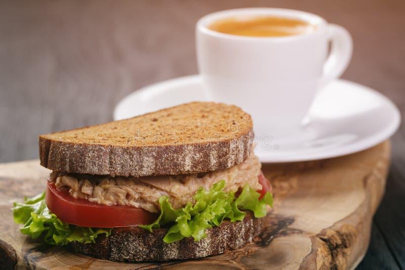 De sandwich van het roggebrood met tonijn en koffie royalty-vrije stock foto's