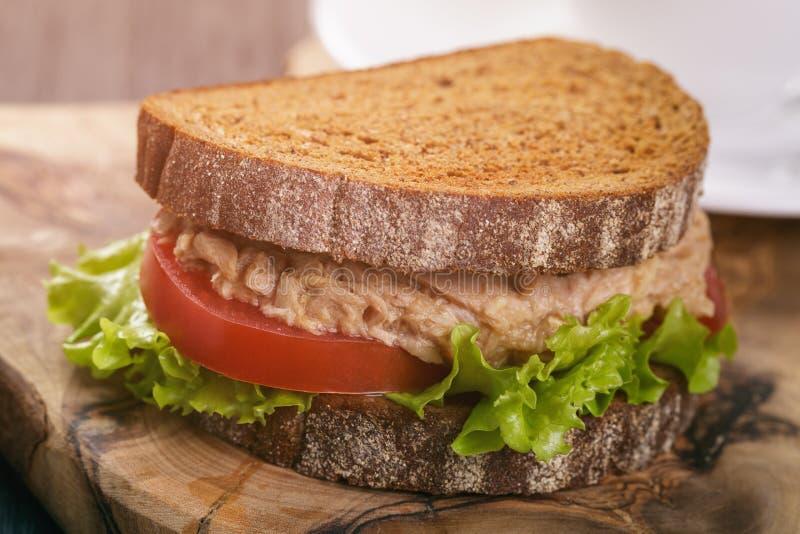 De sandwich van het roggebrood met tonijn en koffie royalty-vrije stock afbeeldingen