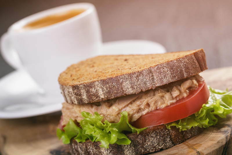 De sandwich van het roggebrood met tonijn en koffie royalty-vrije stock afbeelding