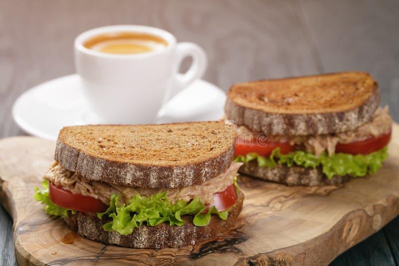 De sandwich van het roggebrood met tonijn en koffie royalty-vrije stock foto