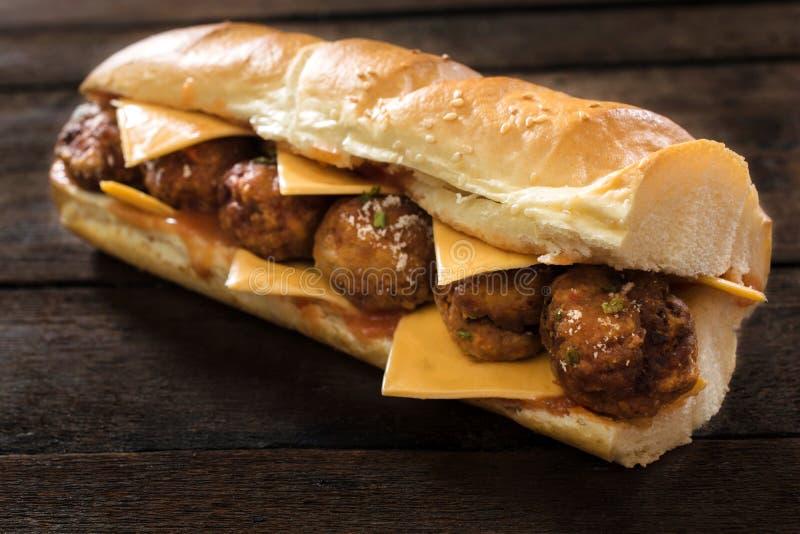 De Sandwich van het rundvlees met gebraden gerechten in linkerzijde stock foto's