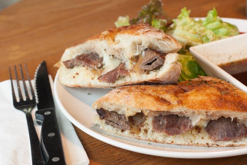 De Sandwich van het rundvlees met gebraden gerechten in linkerzijde stock foto