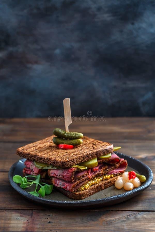 De sandwich van rundvleespastrami met plaats voor verwoording stock foto
