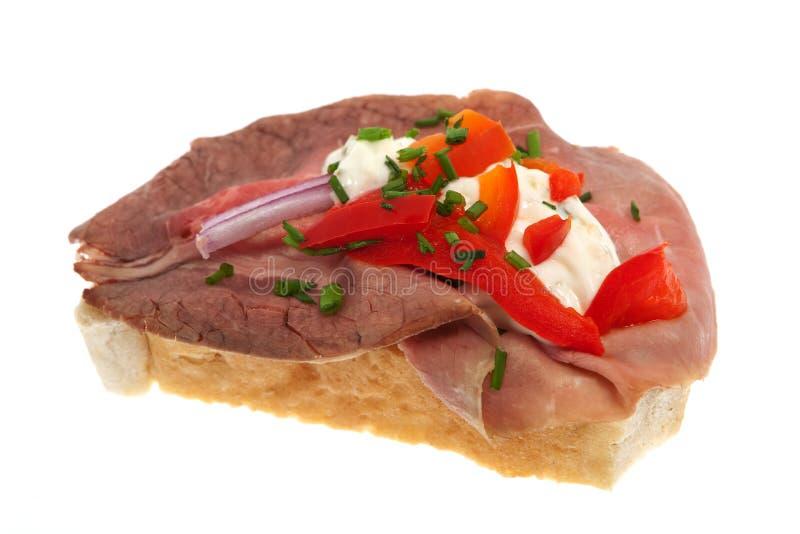 De sandwich versiert met braadstukrundvlees stock afbeeldingen
