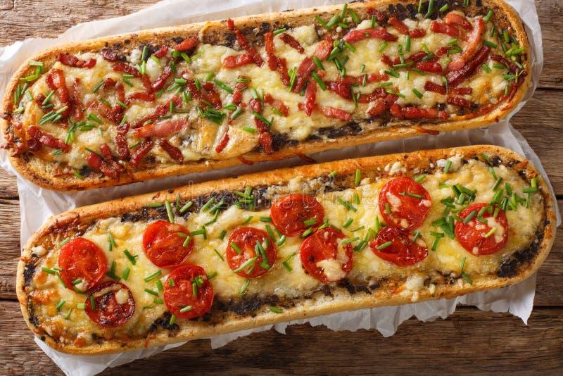 De sandwiches van de close-uppizza met bacon, paddestoelen, tomaten en kaas op een perkament Horizontale meningsbovenkant royalty-vrije stock foto