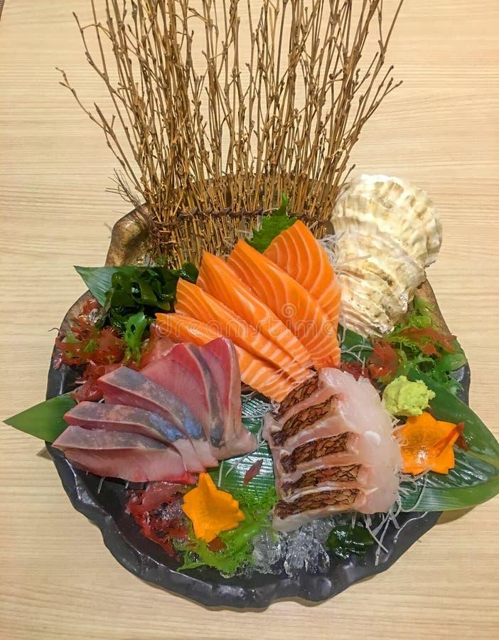 De sashimi als akami, hamachi, zalm wordt geplaatst trekt plak favoriet Japans voedsel dat aan stock foto's