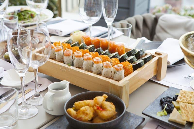De sashimi van zes soorten vissen op een houten raad wordt geassorteerd die royalty-vrije stock afbeelding