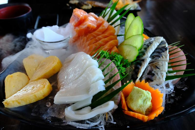 De sashimireeks omvat verse vissen, pijlinktvis en overzees voedsel royalty-vrije stock afbeeldingen