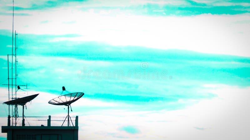 De satelliet van de de zonsondergangcommunicatietechnologie van de schotelhemel achtergrond van het het netwerkbeeld voor ontwerp royalty-vrije stock afbeeldingen