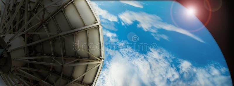 De satellietgegevens van de schoteltransmissie over digitaal blauw als achtergrond stock foto's