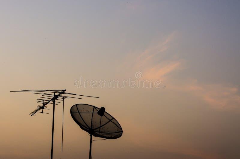 de satellietschotel van silhouettv stock afbeelding