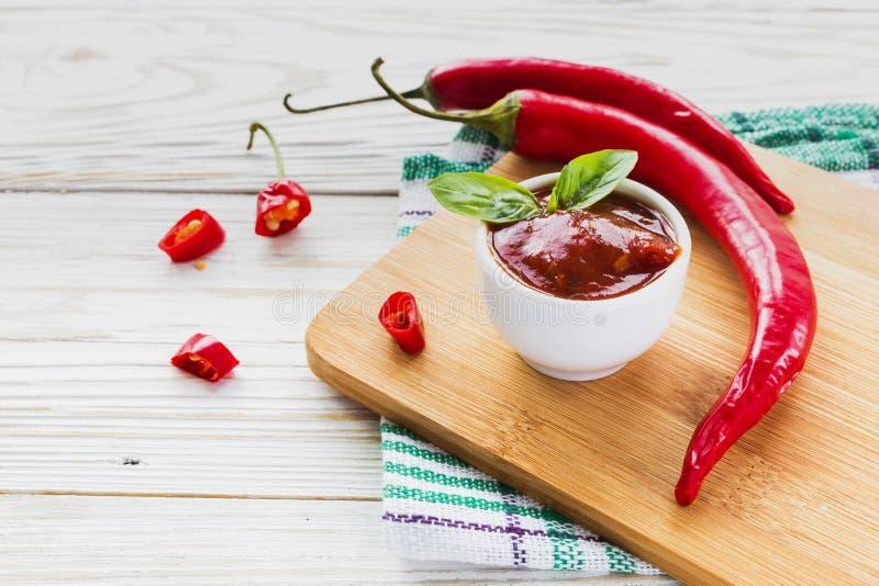De saussalsa van de tomatenketchup, heet Spaanse peper en basilicum stock afbeelding