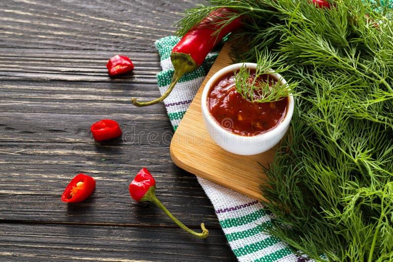 De saussalsa van de tomatenketchup, heet Spaanse peper en basilicum royalty-vrije stock afbeeldingen