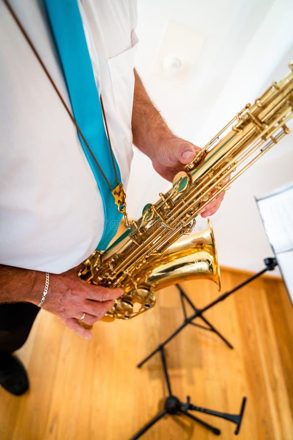 De saxofoon bevindt zich en gespeeld royalty-vrije stock afbeeldingen