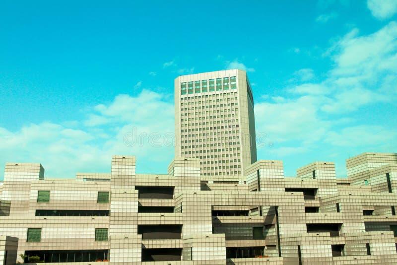 De scène bruine bouw dichtbij Taipeh 101 met blauwe hemel in Taiwan royalty-vrije stock afbeeldingen