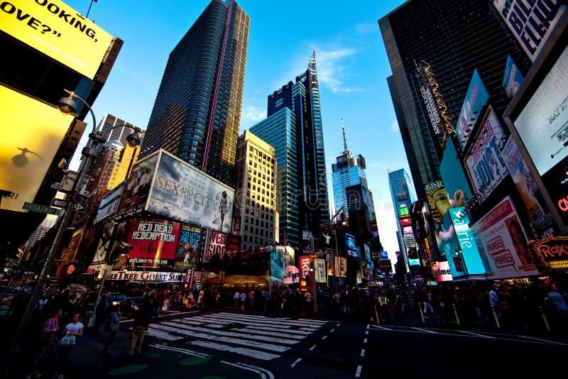 De scène van de avond van Times Square in Manhattan stock foto's