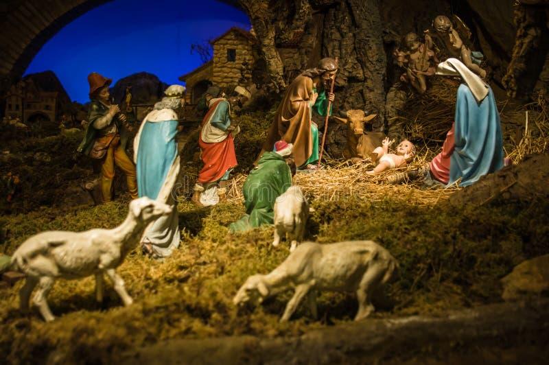De scène van de Kerstmistrog met beeldjes met inbegrip van Jesus, Mary, Jos royalty-vrije stock foto