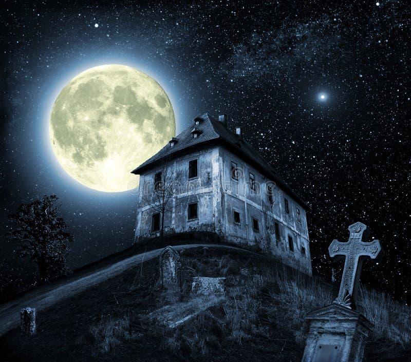 De scène van de nacht met spookhuis stock afbeeldingen
