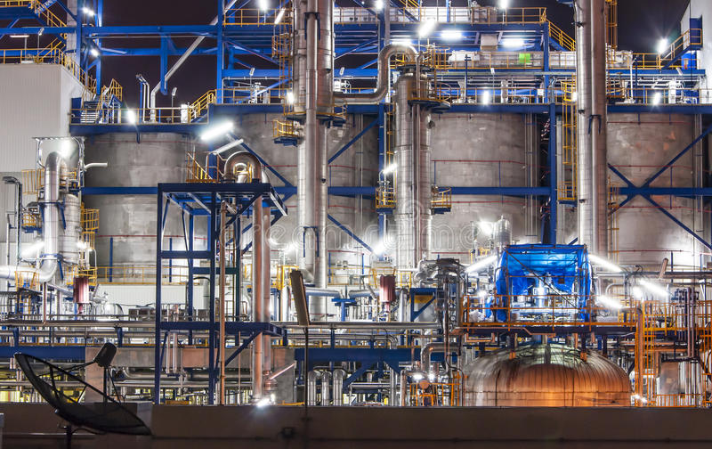 De scène van de nacht van chemische installatie royalty-vrije stock afbeeldingen
