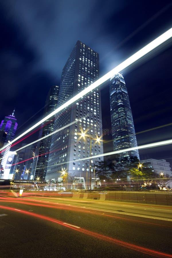 De Scène van de Nacht van Hongkong met Verkeerslicht stock afbeeldingen