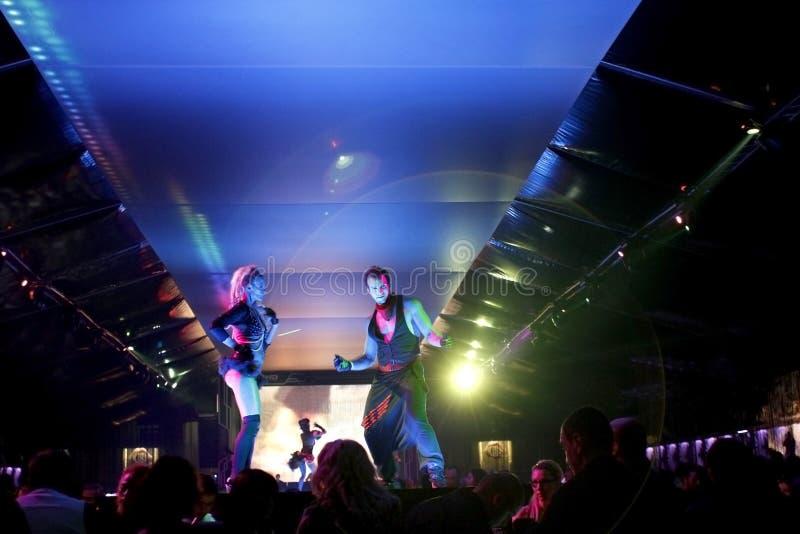De scène van de nachtclub met dansers en de lichten tonen stock afbeelding