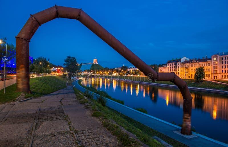 De scène van de Vilniusnacht, de bank van Rivierneris stock foto