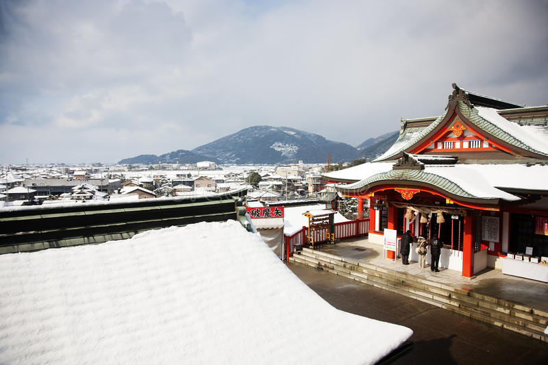 De scène van de winter van mensen die in een Japanse templ bidden royalty-vrije stock foto's