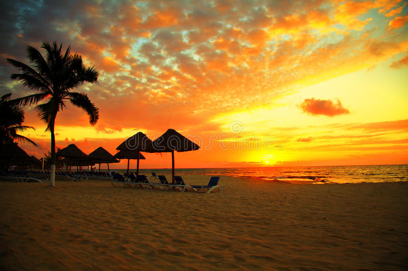 De Scène van de zonsondergang bij de Tropische Toevlucht van het Strand stock foto