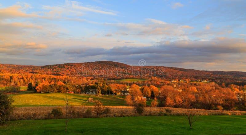 De scène van het dalingsland met het veranderen kleurt dichtbij Troy NY, Hudson Val stock afbeeldingen