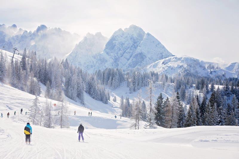 De scène van het de winterlandschap in een skitoevlucht in Oostenrijk stock fotografie
