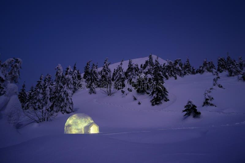 De scène van het de wintersprookjesland met iglosneeuw stock afbeeldingen