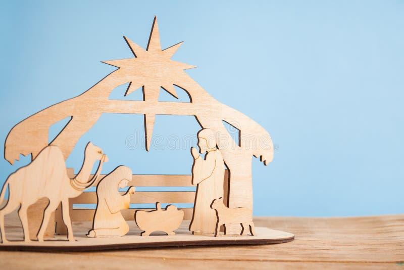 De Scène van de Kerstmisgeboorte van christus van baby Jesus in de trog met Mary en Joseph in silhouet door de dieren wordt omrin stock foto