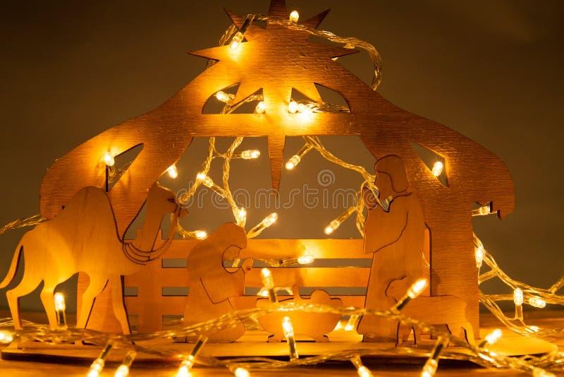 De Scène van de Kerstmisgeboorte van christus van baby Jesus in de trog met Mary en Joseph in silhouet door de dieren wordt omrin stock fotografie
