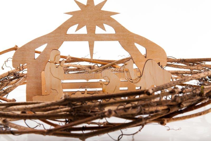 De Scène van de Kerstmisgeboorte van christus van baby Jesus in de trog met Mary en Joseph in silhouet door de dieren wordt omrin royalty-vrije stock fotografie