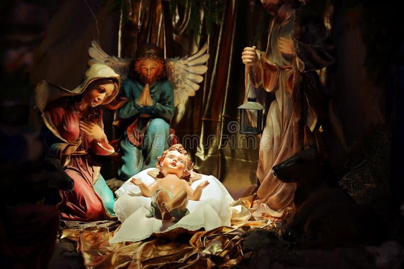 De scène van de Kerstmisgeboorte van christus in de kerk, maagdelijke Mary en Saint Joseph met Heilige zuigeling Jesus stock afbeelding