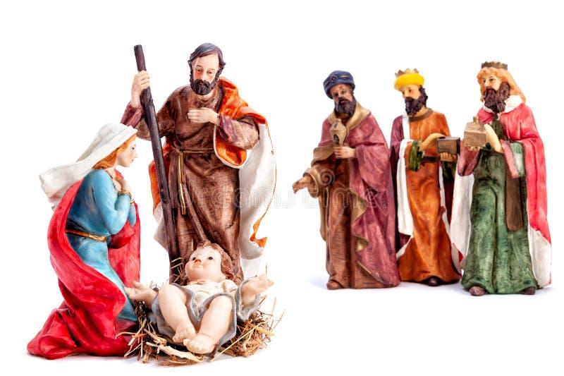 De scène van de Kerstmisgeboorte van christus met de Heilige Familie en de drie die wijzen, op witte achtergrond wordt geïsoleerd royalty-vrije stock foto's