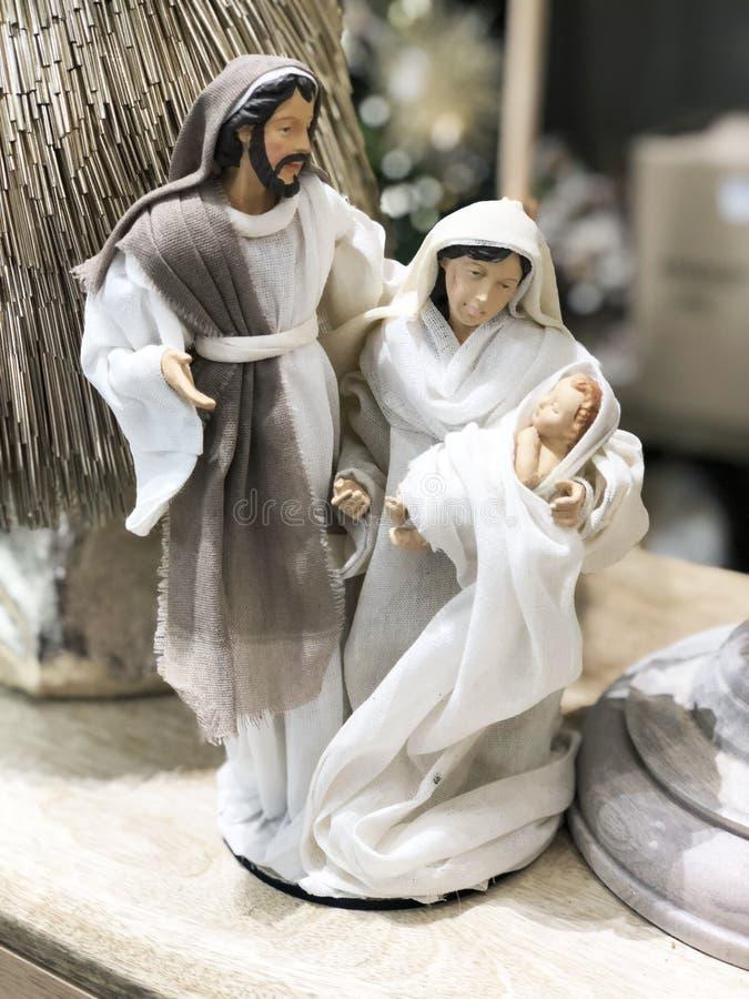 De scène van de Kerstmistrog met beeldjes met inbegrip van Jesus, Mary, Joseph stock afbeeldingen