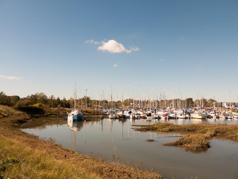 De scène van de landschapsmening van boten in de haven die van de dokjachthaven worden vastgelegd stock afbeeldingen