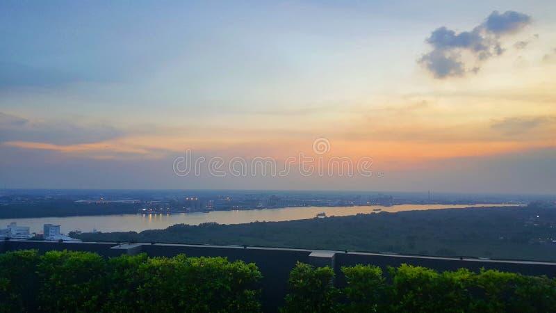 De scène van de de stadsnacht van Bangkok en architecturale landschapshorizon, Mooie stad en Chao Phraya River-mening stock afbeelding