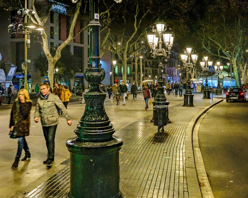 De Scène van de de Straatnacht van La Rambla, Barcelona, Spanje stock foto's