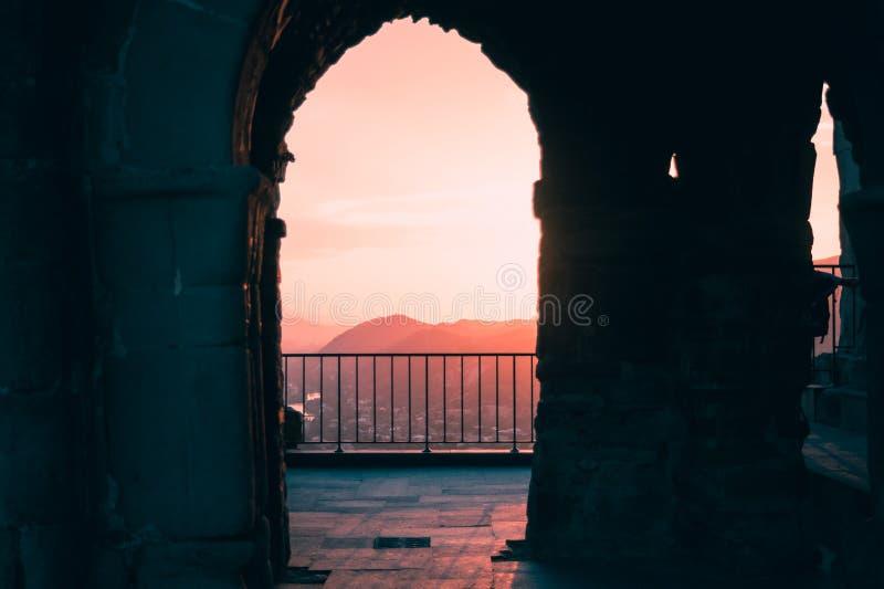 De scène van zonsondergang door de boog in Jvari-Kerk dichtbij Mtskheta, Georgië royalty-vrije stock foto's