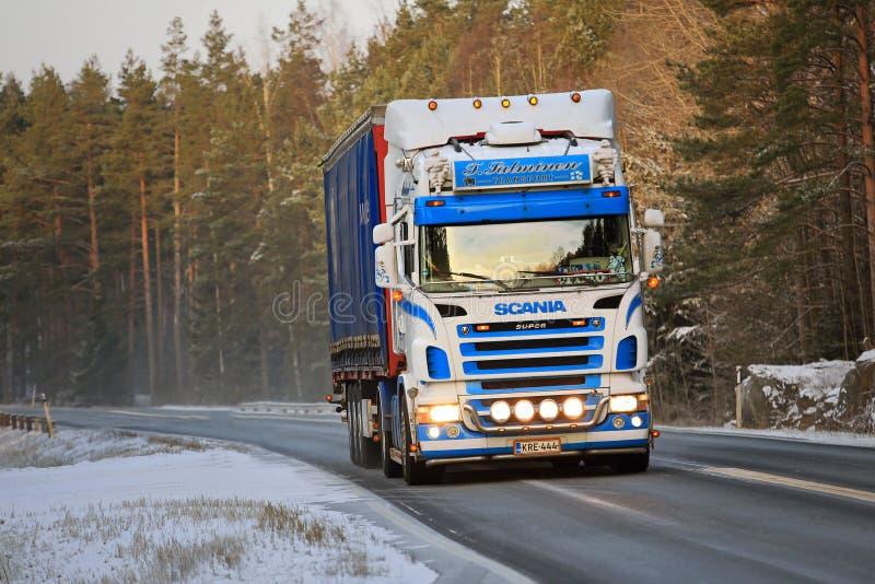 De Scania camion coloré semi sur la route d'hiver images libres de droits