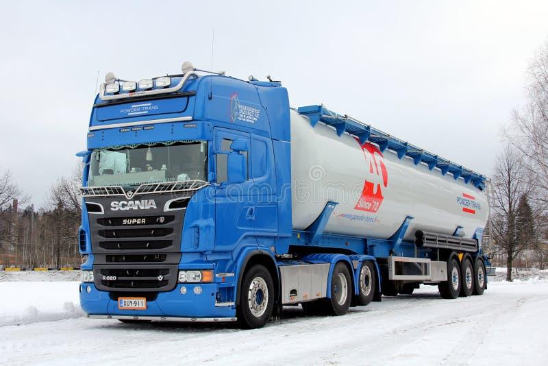 De Scania en vrac installation sèche bleue de combinaison de remorque semi photos stock