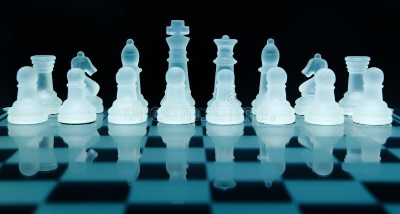 De schaakstukken van het glas
