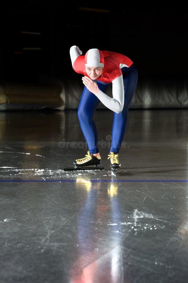 De schaatser van de snelheid bij de beginnende lijn stock fotografie